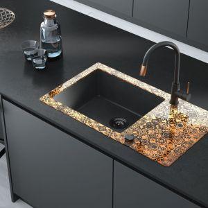 Baterię Aster można podłączyć do filtra wody. Przekręcając pierścień na końcu wylewki zmienimy wodę wodociągową na przefiltrowaną, gotową do picia. Dostępna w dwóch kolorach: matowa czerń z wykończeniem miedzianym oraz klasyczny chrom połączony z czernią. Dostępna w ofercie Deante. Fot. Deante