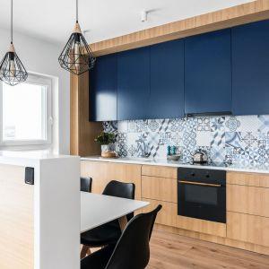 Niebieskie szafki w kuchni doskonale pasują do płytek oraz do drewna. Projekt: Magdalena Bielicka, Maria Zrzelska-Pawlak, Pracownia Magma. Zdjęcia Fotomohito