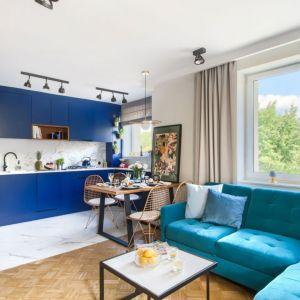 Cała zabudowa kuchenna jest w mocnym niebieskim kolorze.  Projekt: Katarzyna Uziembł. Fot. Duet Studio