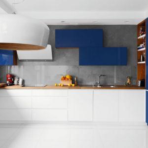 W tej nowoczesnej kuchni wyrazisty, niebieski kolor połączono z bielę i szarościami. Projekt: Decoroom. Fot. Pion Poziom