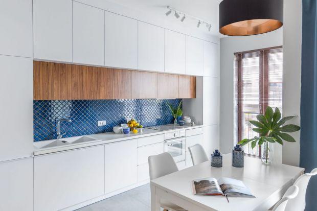 Kolor niebieski to doskonały wybór do kuchni. Możecie nim wykończy fronty szafek. Niebieska może być również ściana nad blatem lub bateria.