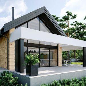 To, co stanowi duszę domu – stodoły i decyduje o oryginalnym charakterze budynku, czyli wielkoformatowe przeszklenia, obejmujące często całą ścianę szczytową. To one sprawiają, że zwykła, mało subtelna bryła zyskuje zupełnie niezwyczajną lekkość, że dom szczelnie wypełniony jest naturalnym światłem, że promienie słoneczne ogrzewają jego wnętrze, i że integralnym elementem części mieszkalnej staje się doskonale skadrowany widok zza okna.Fot. OknoPlus HomeKONCEPT