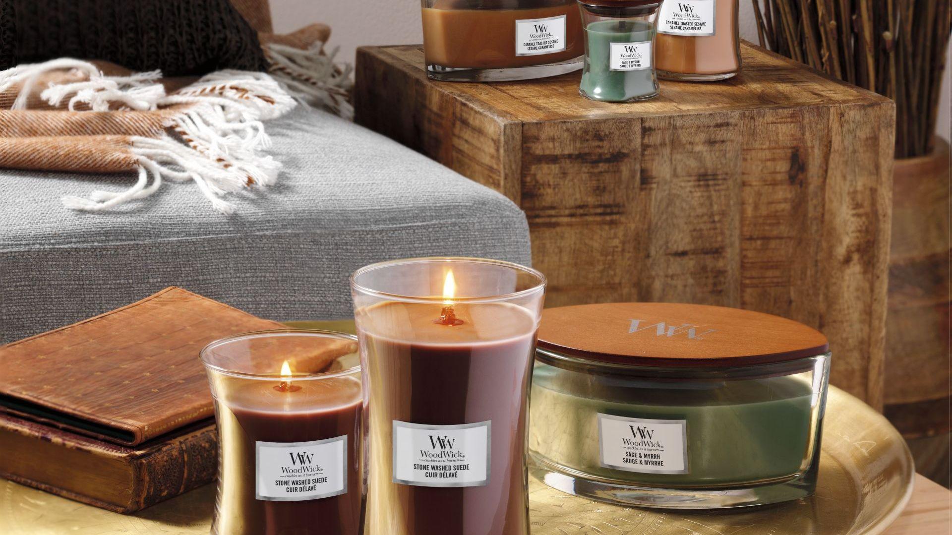 Stone Washed Suede - ogniste nuty pieprzu splecione z aromatem słodkiego jaśminu i ciepłego bursztynu idealnie odzwierciedlają zapach zamszu,  www.yankeecandle.pl