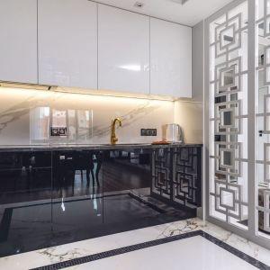 Ścianę nad blatem w kuchni zdobią płytki imitujące jasny marmur. Projekt: Agnieszka Hajdas-Obajtek. Fot. Wojciech Kic
