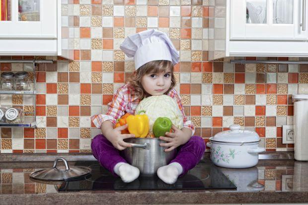 Wszyscy rodzice wiedzą, że kuchnia jest dla małych dzieci miejscem najlepszej zabawy. Opieka nad małym odkrywcą jest niezwykle wymagająca, jednak stworzenie funkcjonalnej przestrzeni kuchennej pozwoli na zminimalizowanie czyhających niebezpiecze�