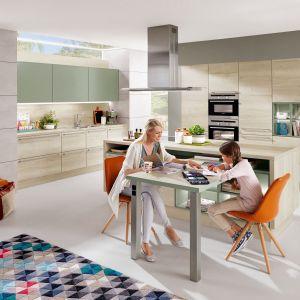 Bardzo jasne drewno to pomysł na zabudowę do kuchni dla rodziny. Fot. Verle Kuchen