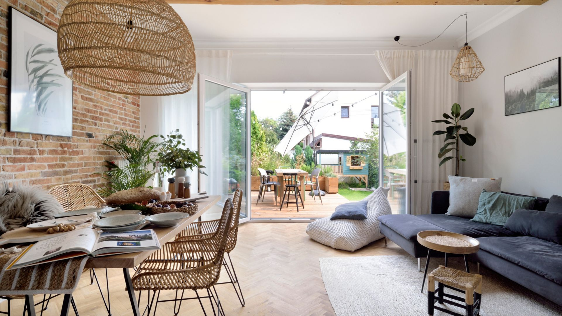 Salon urządzony w zgodzie z naturą staje się swego rodzaju prywatnym ogrodem. Projekt SHOKO.design fot. Łukasz Nowosadzki - Archilens.pl