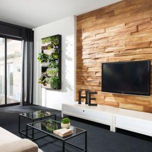 Betonowa płytka drewnopodobna Stegu Timber 1 przypomina strukturą ciosaną, drewnianą deskę. Cena: ok. 40 zł/m2. Fot. Stegu