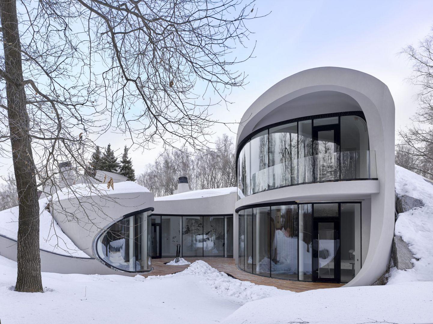 Zbudowany w dzielnicy Czechow, kilka kilometrów od Moskwy, House in the landscape czerpie inspirację z organicznej architektury Franka Lloyda Wrighta i ożywia budynek w futurystycznym stylu, który idealnie wtapia się w krajobraz.
