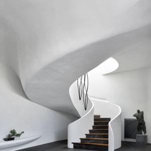 """Wnętrza zostały zaprojektowane w stylu """"domowej galerii"""": białe ściany budynku stanowią tło dla dzieł sztuki i designu, rzeźb i elementów dekoracyjnych o tematyce japońskiej i ukrytych form symbolicznych"""