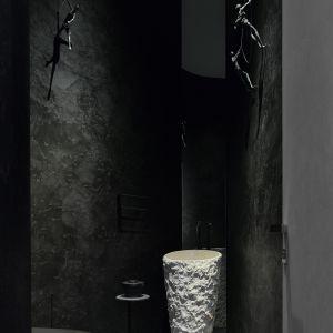 Podłoga wykonana z ceramika z efektem prążkowanego czarnego marmuru przywodzi na myśl sale najbardziej prestiżowych międzynarodowych muzeów.