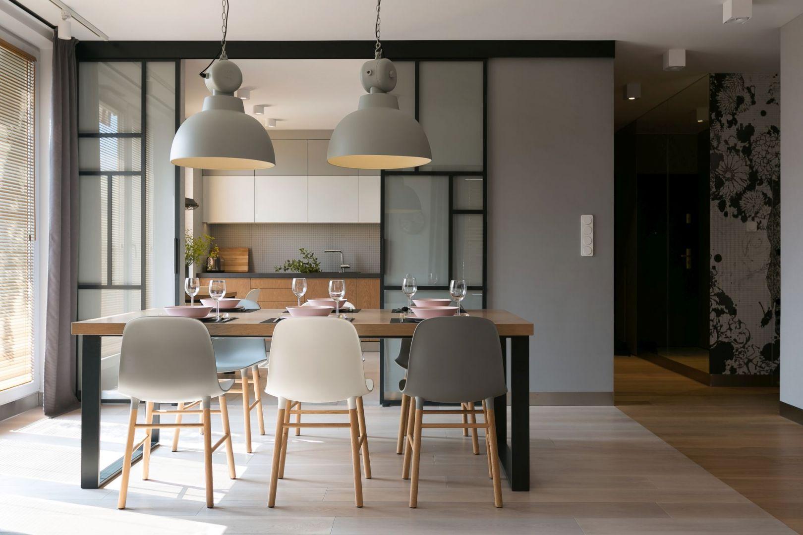 Jasną kuchnię można w razie potrzeby szybko oddzielić od części dziennej przesuwnymi szklanym drzwiami. Projekt wnętrza: MIKOŁAJSKAstudio. Zdjęcia: Jakub Dziedzic (Wnętrza Kraków)