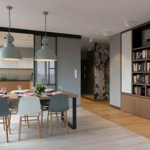 Właścicielom zależało również na dużym salonie połączonym z jadalnią oraz jasnej kuchni, którą w razie potrzeby mogliby odseparować od strefy dziennej. Projekt wnętrza: MIKOŁAJSKAstudio. Zdjęcia: Jakub Dziedzic (Wnętrza Kraków)