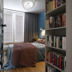 Sypialnia właścicieli urządzona w ciemnych kojących kolorach. Projekt wnętrza: MIKOŁAJSKAstudio. Zdjęcia: Jakub Dziedzic (Wnętrza Kraków)