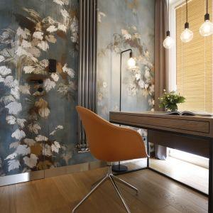 W przejściu pomiędzy salonem a sypialnią architekci  wygospodarowali miejsce na niewielki gabinet z bardzo dekoracyjną tapetą. Projekt wnętrza: MIKOŁAJSKAstudio. Zdjęcia: Jakub Dziedzic (Wnętrza Kraków)