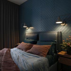 Frezowane panele na ścianie za łóżkiem to strzał w dziesiątkę. Projekt wnętrza: MIKOŁAJSKAstudio. Zdjęcia: Jakub Dziedzic (Wnętrza Kraków)