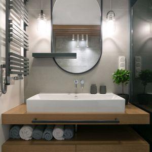 Łazienka urządzona w eleganckim, bliskim naturze stylu. Projekt wnętrza: MIKOŁAJSKAstudio. Zdjęcia: Jakub Dziedzic (Wnętrza Kraków)