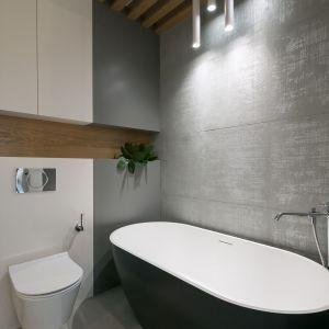 W łazience znalazła się piękna wanna wolnostojąca. Projekt wnętrza: MIKOŁAJSKAstudio. Zdjęcia: Jakub Dziedzic (Wnętrza Kraków)