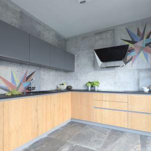 Ścianę nad blatem w kuchni zdobią szare płytki, które nadają wnętrzu nowoczesny charakter. Projekt: Magdalena Lehmann. Fot. Bartosz Jarosz
