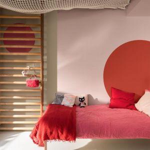 Odcienie czerwieni to niezbyt częsty kolor w naszych sypialniach. A szkoda! Ekspresyjny i dodający energii odcień pomoże nam łatwiej nabrać energii do codziennych obowiązków. Fot. Dulux
