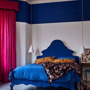Dwukolorowa ściana to pomysł na sypialnię według marki Annie Sloan. Na zdjęciu kolory Paris Grey i Napoleonic Blue. Fot. Annie Sloan