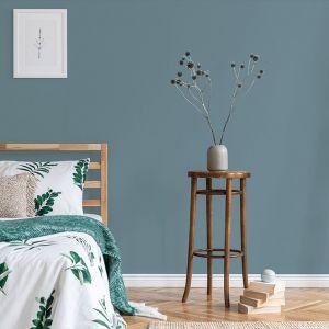 Zgaszony, wpadający w szarość odcień niebieskiego to jeden z najmodniejszych kolorów tego sezonu. Dobrze sprawdzi się także na ścianie w sypialni. Fot. Dekoral
