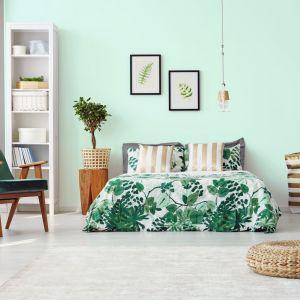 Miętowy kolor wrócił do naszych wnętrz na dobre. Także w sypialni będzie dobrym wyborem, zwłaszcza w połączeniu z naturalnym drewnem i bielą. Fot. Jedynka