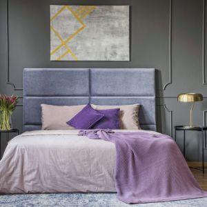 Ściana ze sztukaterią pomalowana farbą w szarym matowym kolorze. Pomysł na klasyczną, ale nietuzinkową sypialnię. Fot. Tikkurila