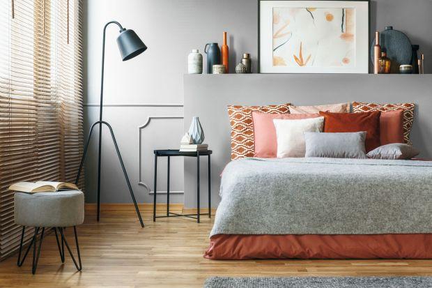 Jak wykończyć ścianę za łóżkiem? Najtańszym i najpopularniejszym rozwiązaniem jest farba. Zobaczcie 12 dobrych pomysłów i najmodniejsze kolory tego sezonu do sypialni.