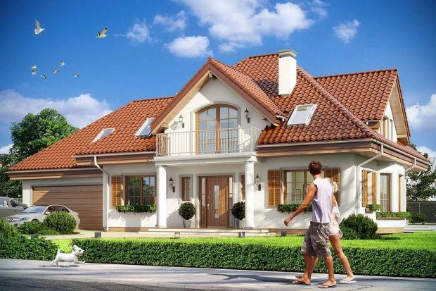 Projekt tego domu na pewno spodoba się miłośnikom stylu dworkowego. Ma ładną bryłę z frontowym gankiem i dużą lukarną z balkonem nad drzwiami wejściowymi. Skrywa jednak nowoczesne, funkcjonalne wnętrze.<br /><br />
