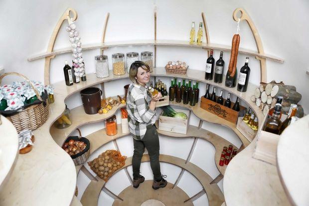 The Shire Cellarto piwniczka ogrodowa, która zachwyci nawet najbardziej wymagających koneserów wina. Upalne lato, zima stulecia? To żaden problem. Piwniczka ogrodowa utrzymuje temperaturę optymalną dla wina przez 365 dni w roku. Zobaczcie jak wygl
