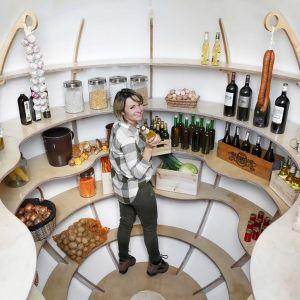 Ta piwniczka wykonana jest z tego samego materiału co jachty, więc nawet największe ulewy nie zaleją wnętrza, ponieważ jest w 100% szczelne. Fot. Shire Cellar