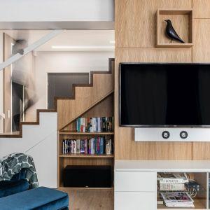 Okładzina ścienna z naturalnego drewna to dobry pomysł na ścianę za telewizorem. Projekt Magdalena Bielicka, Maria Zrzelska-Pawlak, Pracownia Magma. Zdjęcie: Fotomohito