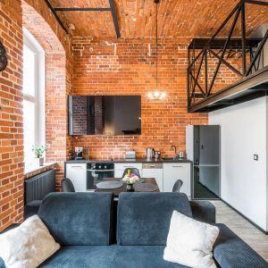 Pofabryczne wnętrze ze 100-letnią cegłą w roli tła dla loftowej aranżacji. Projekt Nowa Papiernia