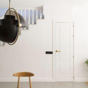 Prosta klatka schodowa optycznie powiększa małą część dzienną. Projekt i zdjęcia: Gokostudio Architecture (Hiszpania)