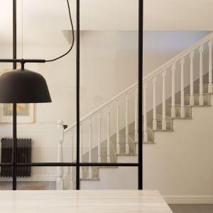 W całym projekcie konsekwentnie zastosowano biel, czerń i naturalne drewno. Projekt i zdjęcia: Gokostudio Architecture (Hiszpania)