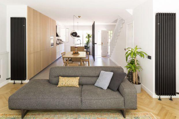 160-metrowy dom odziedziczony po bliskich został bardzo gruntownie wyremontowany tak, by zapewnić to, na czym jego przyszłym mieszkańcom zależało najbardziej - światło i przestrzeń. Jak wam się podobają efekty tej metamorfozy?