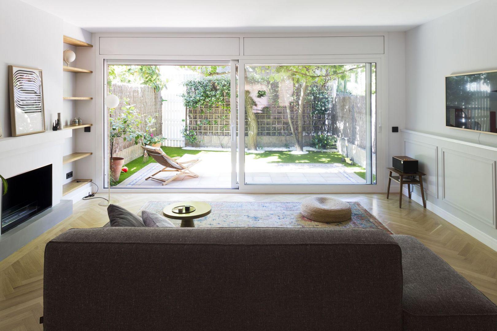 Na parterze zamontowano przeszklenia, które otworzyły niewielką część dzienną na ogród. Projekt i zdjęcia: Gokostudio Architecture (Hiszpania)