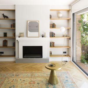 Właścicielom tego domu zależało na prostym, jasnym i bliskim naturze wnętrzu. Projekt i zdjęcia: Gokostudio Architecture (Hiszpania)