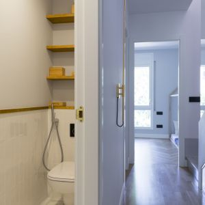 Projektanci musieli się też zmierzyć z naprawdę mikroskopijnymi toaletami. Projekt i zdjęcia: Gokostudio Architecture (Hiszpania)