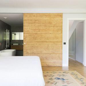 Główna sypialnia została połączona z łazienką, w której wygospodarowano miejsce na wannę wolnostojącą. Projekt i zdjęcia: Gokostudio Architecture (Hiszpania)