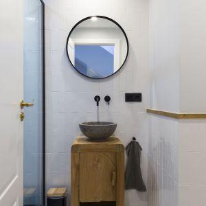 Bardzo mała łazienka z drzwiami zamiast klasycznej kabiny prysznicowej. Projekt i zdjęcia: Gokostudio Architecture (Hiszpania)