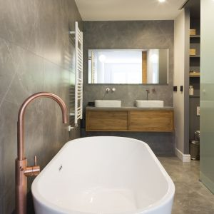 Mimo niewielkich rozmiarów w łazience przy sypialni zmieściły się wszystkie funkcje. Projekt i zdjęcia: Gokostudio Architecture (Hiszpania)