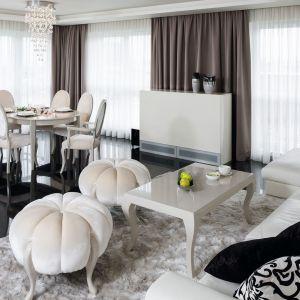Ciemne zasłony w jasnym salonie stanowią ładny element dekoracyjny. Projekt: Katarzyna Uszok. Fot. Bartosz Jarosz