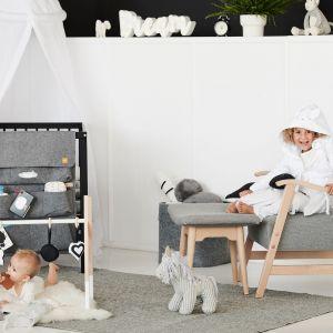 Pokój niemowlaka w czarno-białej tonacji i minimalistycznym stylu. Filcowy organizer - 169 zł, baldachim - 395 zł, stojak edukacyjny - 239 zł. Fot. moKee