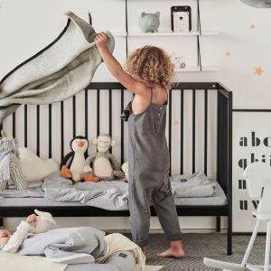 Pokój niemowlaka w czarno-białej tonacji i minimalistycznym stylu. Łóżko dziecięce - 799 zł. Fot. moKee