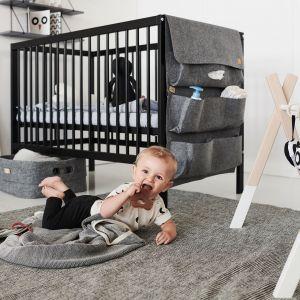 Pokój niemowlaka w czarno-białej tonacji i minimalistycznym stylu. Łóżeczko - 799 zł, stojak edukacyjny - 239 zł, filcowy organizer - 169 zł. Fot. moKee