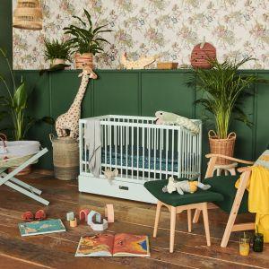 Pokój niemowlaka inspirowany naturą i dżunglą. Łóżeczko - 799 zł, kosz Mojżesza - 549 zł. Fot. moKee
