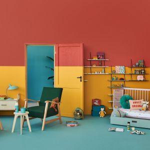 Pokój niemowlaka inspirowany kolorami. Łóżeczko - 799 zł, półka - 259 zł. Fot. moKee