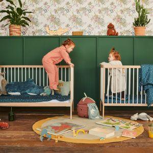 Pokój niemowlaka inspirowany natura i dżunglą. Łóżeczko - 799 zł. Fot. moKee